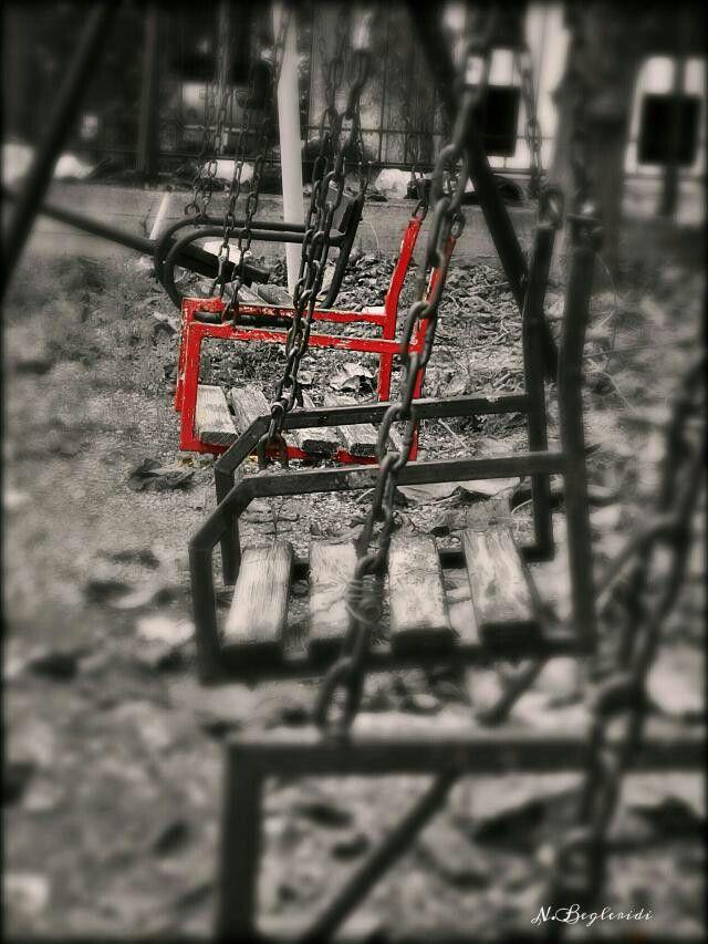 Çocuk parkındaki kırmızı salıncak.