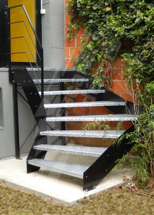 Photo DT109 - ESCA'DROIT®. Escalier extérieur un quart tournant au design industriel en acier galvanisé pour une maison contemporaine. - © Photo : Escaliers Décors®