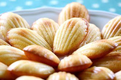 Hozzávalók:     15 dkg kókuszreszelék   1 dkg konjac liszt   10 dkg porrá őrölt eritrit   5 gramm sütőpor   1 kezeletlen citrom resze...