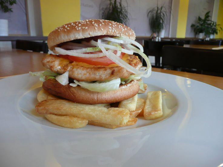 Chicken steak burger s hranolky. #ukastanujarov http://www.ukastanu.cz/jarov