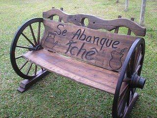Coisas do Sul: Banco com rodas de carroça.