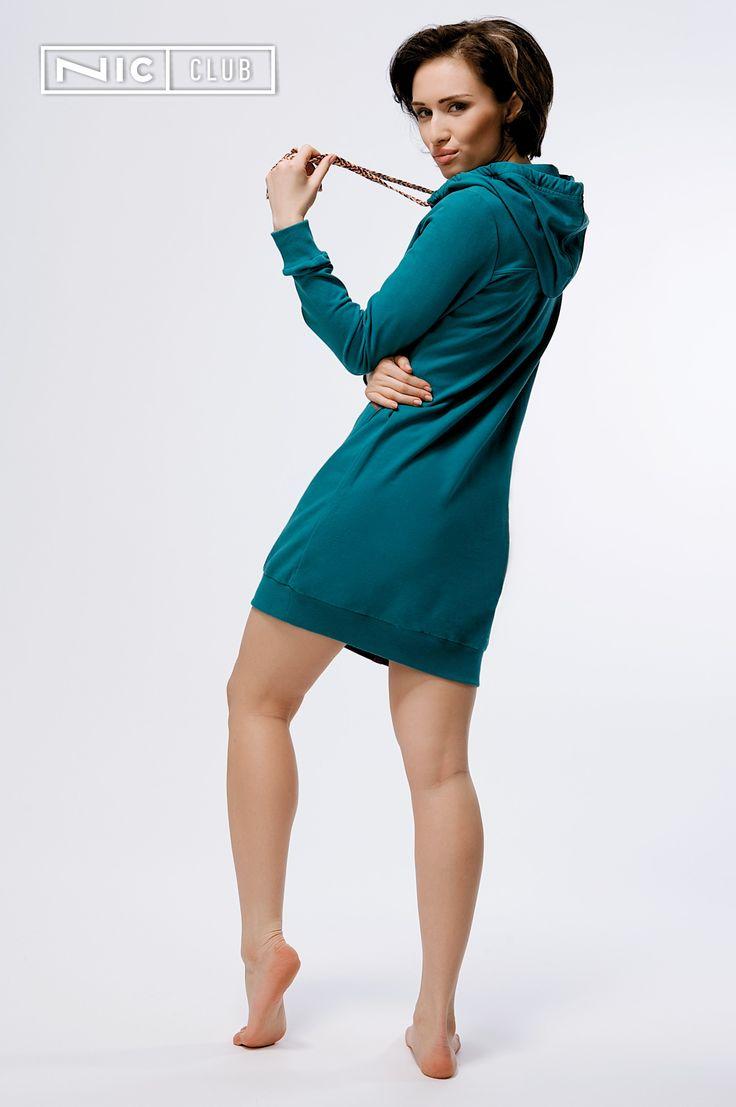 Платье Bellissima («Беллиссима») — стильное платье-худи спортивного кроя с капюшоном. Изделие от Nic Club выполнено из мягкого натурального трикотажа, что гарантирует идеальную посадку, заботливое соприкосновение с кожей и практичность при ношении. Яркие элементы дизайна — плоские плетеные шнурки из пестрых нитей — придают изделию оригинальность, уникальный стиль!