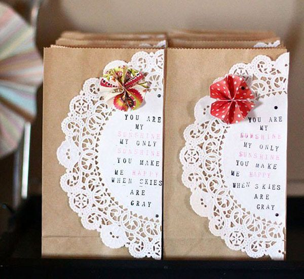 Bolsas kraft decoradas con blondas de papel