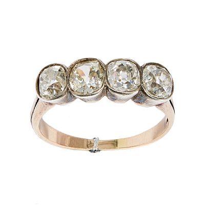 RING  Gull og sølv. 14 K. Fattet med fire old-cut brillianter 1,65 ct. Totalvekt: 2,5 g. Tidlig 1900-tallet. Antatt kvalitet: Top Crystal VS1, VS2, SI 1, SI 2 STØRRELSE 52,5