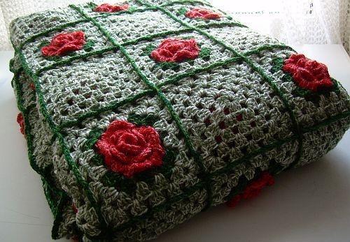 Gehaakte groene sprei met rode roosjes by Corrie-Birza via DaWanda