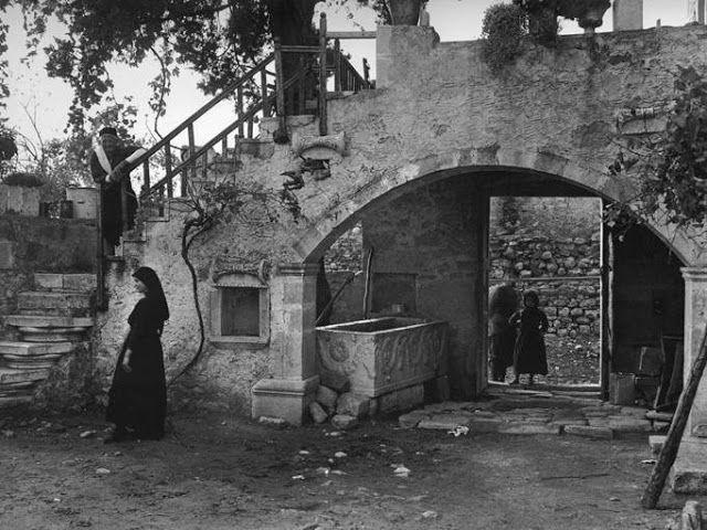 Αυλή σε ένα Κρητικό σπίτι (1919)