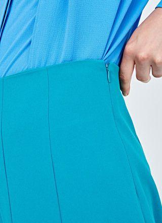 Pantalón Palazzo -en tejido ligero- con corte al tobillo, que confiere un vuelo muy estilizado. Tiro medio, dos bolsillos oblicuos de ojal y cierre de cremallera invisible en el lateral.
