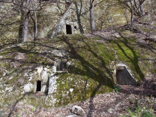 Descoperiti legenda din Tara Luanei. Asezarile rupestre de la Alunis Nucu Ruginoasa, judetul Buzau. Chilia lui Dionisie, pestera lui Iosif. Traseu catre asezarile rupestre.