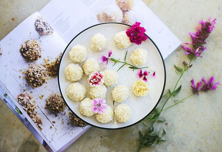 """Phoebe Conway  auf Instagram: """"I'm homeeeee  sad to see our amazing holiday go but happy to get straight back into the kitchen  made a batch of lemon, coconut & sesame bliss balls from the new @freshandlight @donnahaymagazine which I'm slightly obsessed with  hope everyone is having a fab weekend! // #blissballs #lemons #freshandlight"""""""