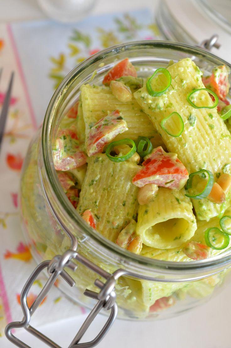 Bärlauch-Nudelsalat mit Tomaten, Pinienkernen und Frühlingszwiebeln