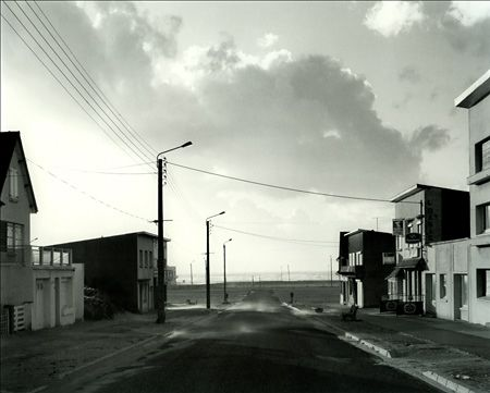"""Merlimont-plage Gabriele Basilico    """"Basilico présente plus des lieux que des bâtiments. Ses photographies témoignent d'une sensibilité à l'environnement qui n'est pas traditionnellement présente dans les poncifs de la photographie d'architecture. Nous sommes avec ce photographe aux confins de la photographie d'architecture et de la photographie sociale."""""""