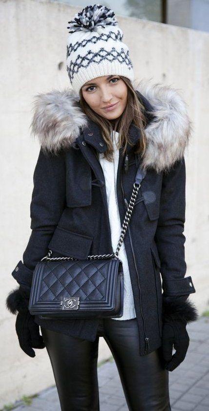 Weiße bedruckte Mütze / / Schwarze Jacke / / Weiße Spitze / / Lederleggings – Winter Mode