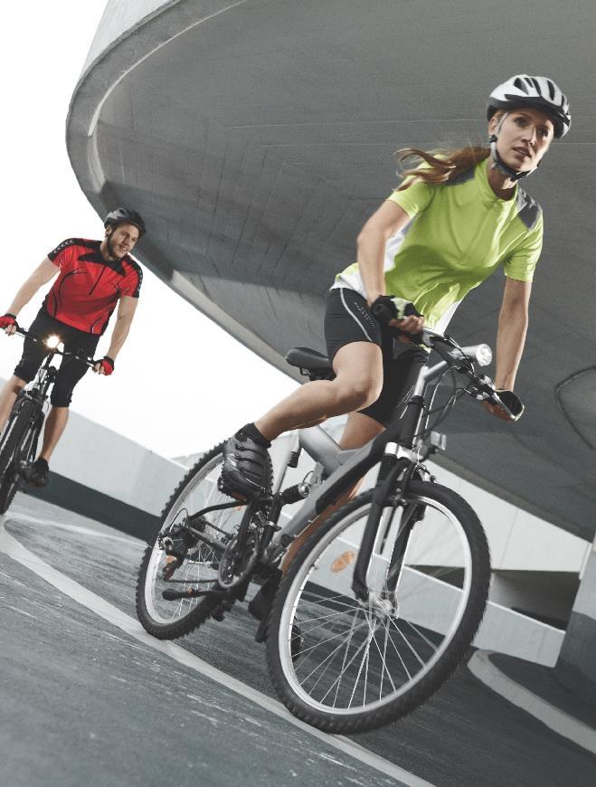 Wygodny strój i kask – niezbędne zarówno w lesie, jak i w miejskiej dżungli. Kolekcja rowerowa by Lidl.