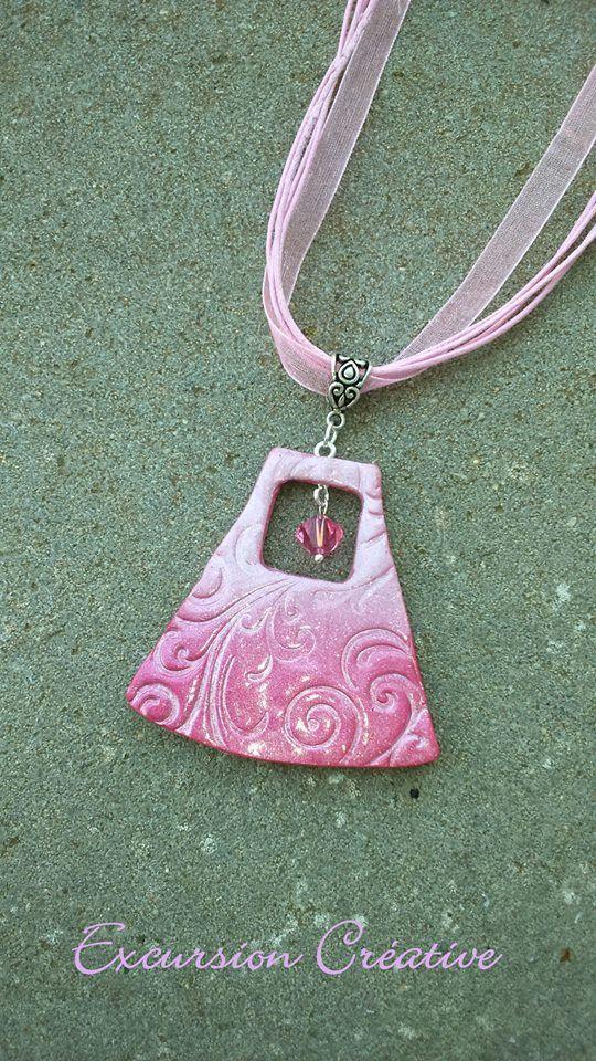 """Pendentif """"la vie en rose"""" en pâte polymère couleur rose et nacrée motif arabesque entièrement réalisé à la main : Collier par excursion-creative"""