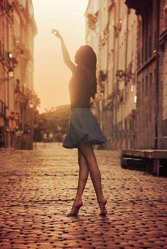 Bild 3: Sam ging um eine Ecke und überquerte eine kleine Gasse mit hohen alten Häusern. Plötzlich sah er ein hübsches Mädchen, das von links kam. …