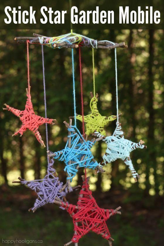 Mit Stöcken aus dem Garten und Garnfetzen können Kinder diese farbenfrohe