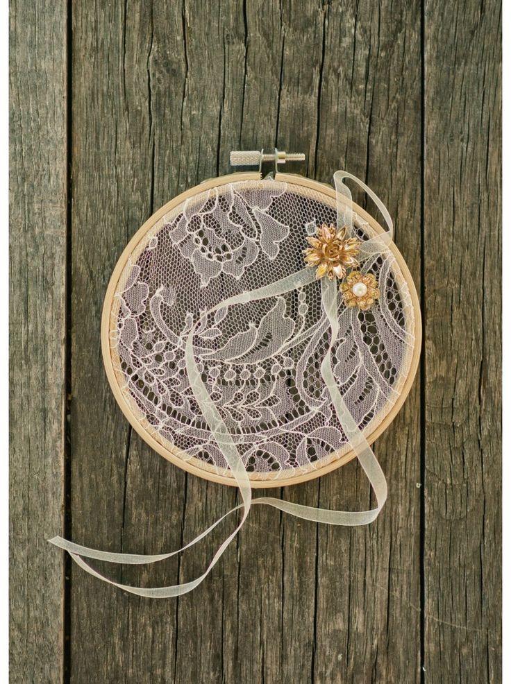 Un joli petit porte-alliances original en forme de tambour à broder pour un mariage poétique.