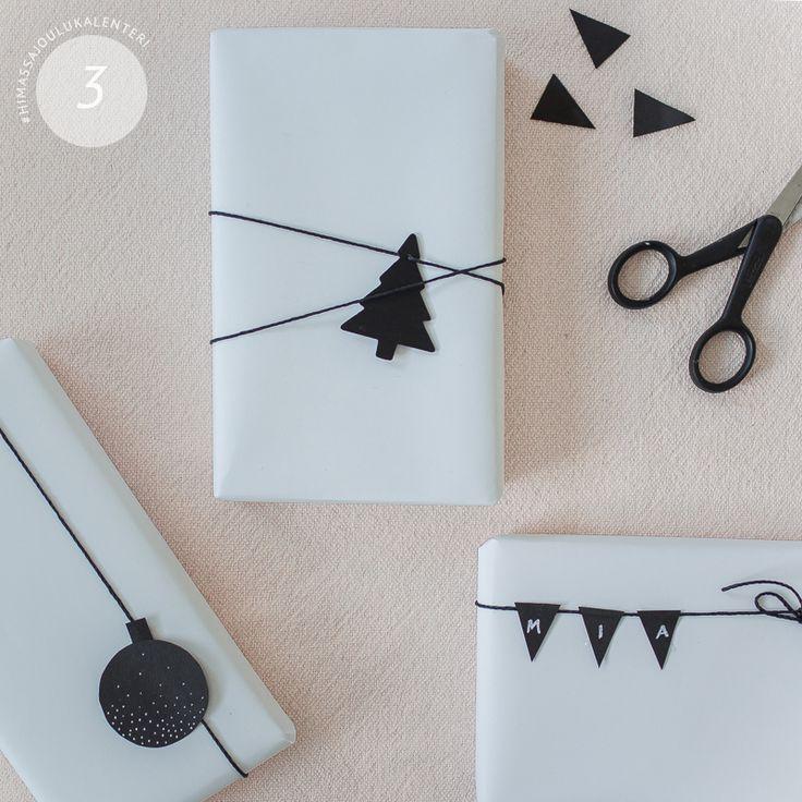 Minimalistinen joulupaketti syntyy tulostinpaperista, juuttinarusta ja mustasta kartongista. Valkoinen paperi on myös huomattavasti perinteisiä lahjapapereita tukevampaa.
