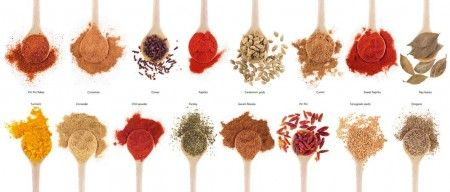 クミンを食べ過ぎると体臭がするって本当? 古代から栽培されている「クミン」はセリ科の一年草で、種子(シード)がスパイスとして用いられています。 主にカレーの香りづけに使われ、インドでは必須のスパイスです。もちろんインドだけではなく、スペイン、メキシコ、トルコ、東南アジアなど、世界各地で香辛料として使われ、特にエスニック料理には欠かせないスパイスです。 その用途もカレーにとどまらず、チーズ、スープ、ソーセージ、シシカバブなど多岐にわたり、インドやヨーロッパでは薬用としても使用されているとか。胃腸の消化・吸収、利尿剤にもなるそうです。 クミンは体臭を強める食品の1つで、摂り過ぎると独特の体臭になる恐れがあります。クミンを含む多くの香辛料を頻繁に摂取するインド人などには、独特の体臭がありますよね。