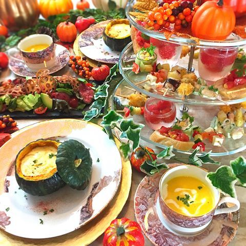 . 10月のおもてなしレッスン ハロウィンパーティの撮影が完了☝ . 〈メニュー〉 ✴︎坊ちゃんかぼちゃのカルボナーラ風リゾット ✴︎パンプキンスープ ✴︎ローストビーフとアボカドのサラダ 自家製ジャポネソース ✴︎パーティタワー 5種のピンチョス ・クリームチーズとオリーブのフライ ・海老とアボカドのサラダ ・さっぱりピクルス ・タコとじゃがいものアンチョビソテー ・サーモンとクリームチーズのカルパッチョ ・トマトのしゅわしゅわポンチ ・トマトマリネのブルスケッタ ・ツナマヨコーンのきゅうり巻き . . テーブルコーデはもちろん ハロウィン一色の予定です\ ♪ ♪ / . . あと、10月7日1席/13日2席 どちらも午後に空きがあります☺️ . . #ハロウィン #ハロウィンパーティ #パーティ #坊ちゃんかぼちゃ #おうちごはん #花のある幸せごはん #クッキングラム #デリスタグラマー #おうちカフェ #料理 #手料理 #料理教室 #北九州料理教室 #福岡料理教室 #福岡 #テーブルコーディネート #delicious #instafood #yum...