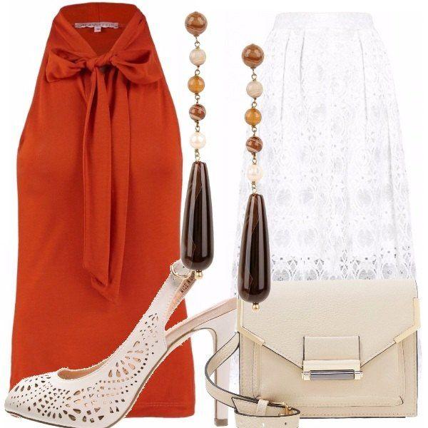 Top color cognac, gonna lunga bianca con ricami floreali, sandali con tacchi bianchi traforati, borsa a tracolla beige, orecchini pendenti con toni del marrone e del senape. Per un cocktail elegante!