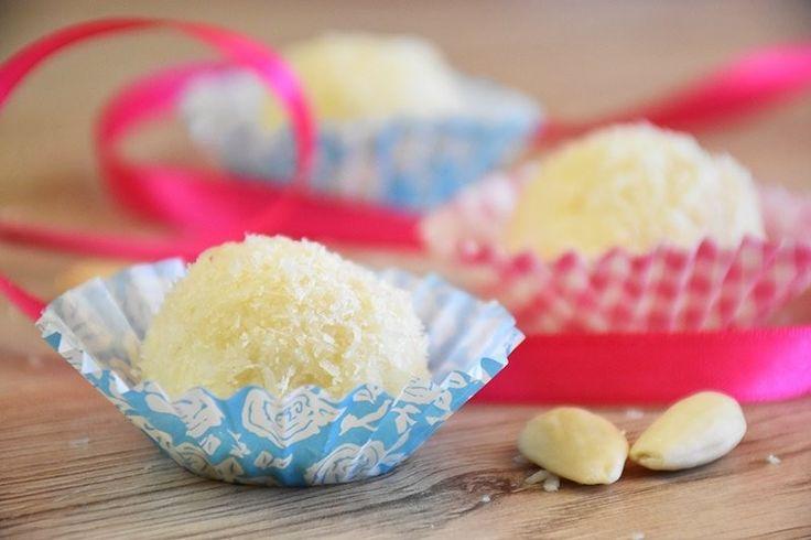 Le palline al cocco senza cottura sono dei perfetti dolcetti da servire in estate e preparare in poco tempo. Ecco la ricetta ed alcune versioni con mascarpone e cioccolato