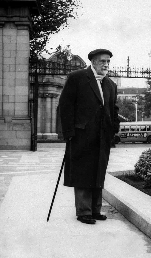Pio Baroja en la entrada de El Retiro años 50.