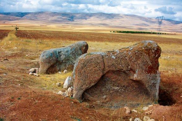 Aslantepe Açık Hava Müzesi, Malatya. Şimdi, Ankara Anadolu Medeniyetleri Müzesi'nde olan heykeller. (Hittite-Aslantepe Open-Air-Museum. Malatya, Türkiye)