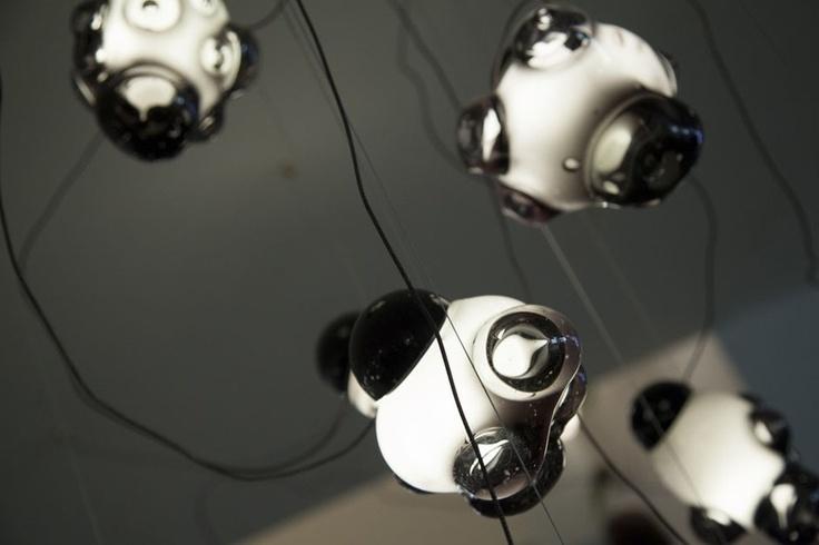 As lâmpadas da série 57 fazem lembrar bolhas de sabão saídas da espuma de uma banheira