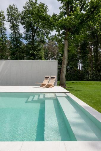 Belle mise en perspective de piscine avec abord minimaliste…