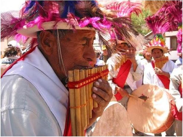 www.villsethnoatlas.wordpress.com (Ajmarowie, Aymara) Un grupo indígena es la Aymara en Chile, cuya música es muy popular. Hablan Aymara.