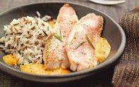 Recette de filets de rougets au coulis de poivron, accompagnés d'un coulis de poivron. Retrouvez en prime une astuce du chef Cyril Lignac.