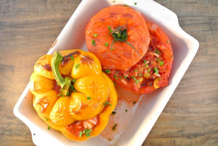 Een lekker bijgerecht: gevulde paprika's/tomaten met pittige rijst. Een lekker, simpel en vegetarisch recept. De vleesliefhebbers kunnen eventueel nog gehakt aan dit recept toevoegen. Er kan weer volop met dit gerechtgevarieerdworden! Tijd: 15 min. + 25 min. in de oven Recept voor 4 personen Benodigdheden: 4 tomaten/paprika's 1 pakje tomatenblokjes (390 ml) 3/4 plakjes jalapeno...Lees Meer »