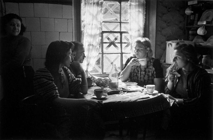 """""""Mi trovavo in una piccola casa operaia del comune di Ganshoren-s/-Haine. In tutto cinque stanzette minuscole acquattate sotto tegole rosse e rintanate dietro le persiane verdi. Ci vivevano strette due famiglie, in equilibrio instabile, come nell'abitacolo di una chiatta ormeggiata lungo il canale."""""""