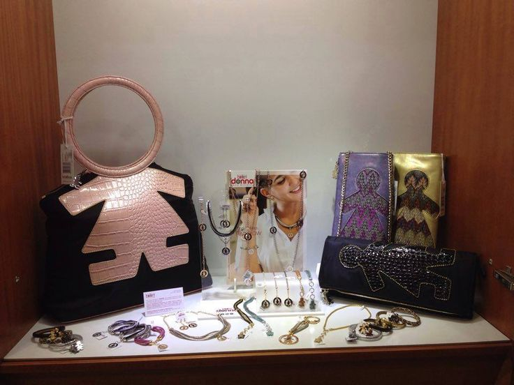 Una splendida vetrina tutta #birikina dal nostro rivenditore Gioielleria Frasi: borse e bijoux per un total look birikino! #sonobirikina #birikinidonna #rivenditoribirikini