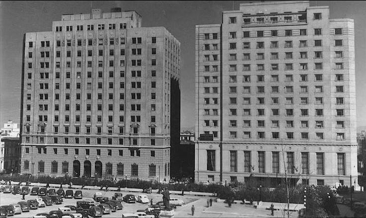 1950 Ministerio de Hacienda y Hotel Carrera en la Plaza de la Constitución.