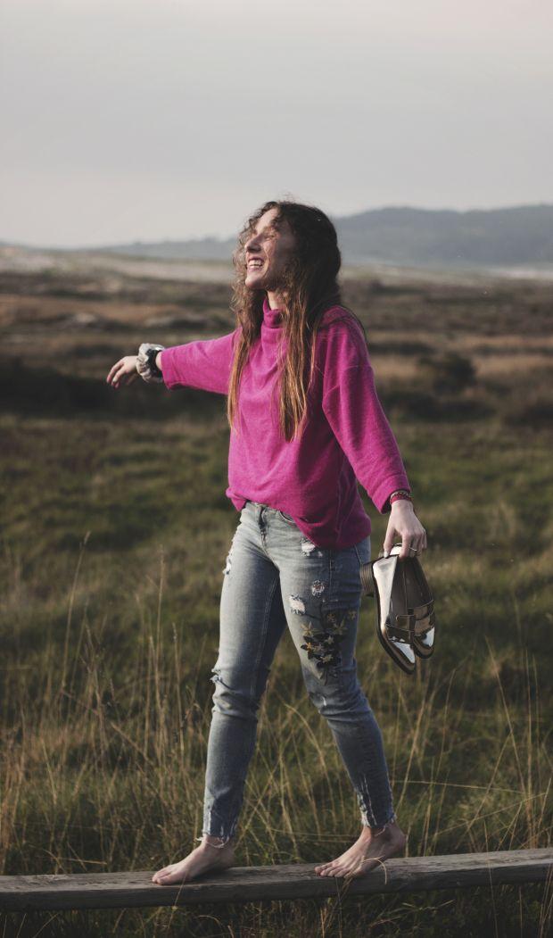 Look combinando la tendencia de los jeans bordados con flores y los colores rosas. #Zara #Stradivarius
