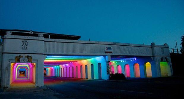 """""""Construit en 1931 dans un style Art Déco, ce passage souterrain situé à Birmingham en Alabama qui sert d'unique voie entre le centre ville et le Railroad Park, est devenu avec les années un endroit sombre et dangereux. La municipalité a demandé à l'artiste Bill FitzGibbons de réaliser une oeuvre rassurante qui pourra développer le trafic piétonnier. Cette installation intitulée LightRails est composée d'un réseau de diodes électroluminescentes informatisées."""""""