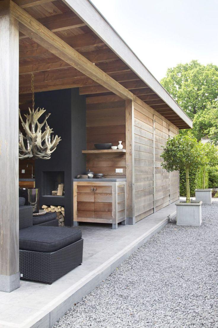 Houten bijgebouw met luxe lounge meubels
