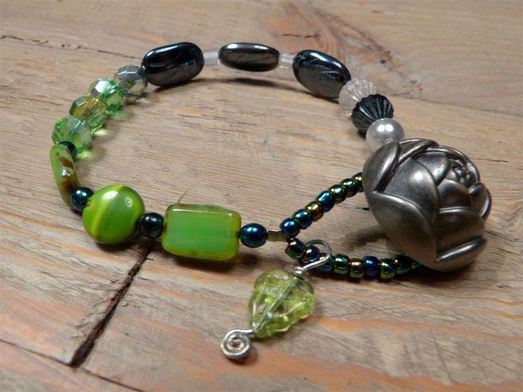 Unieke prachtige boho armband met heel veel Tsjechische glaskralen, Antieke metalen knoop via Birdie By AnneMary Westera