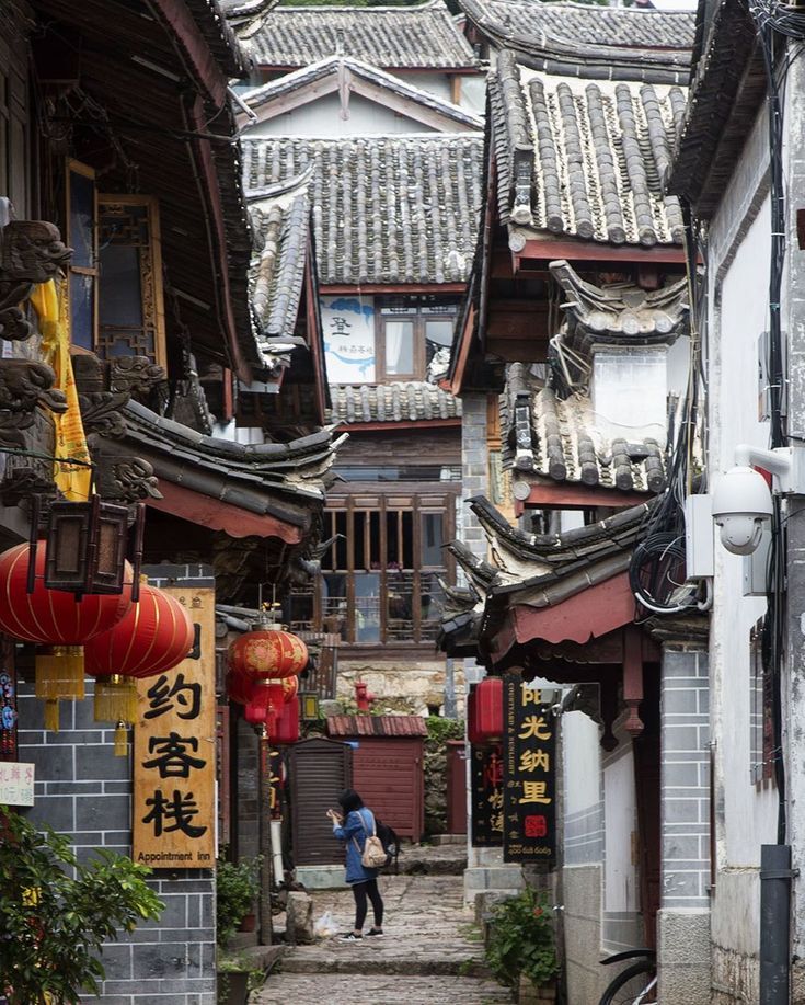The streets of Lijiang are beautiful and a real maze! It's easy to get lost when visiting this famous city in Yunnan, China.