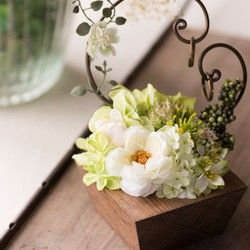ウォールナットカラーの木材を土台にしたガーデンウェディングなど温かい雰囲気の会場におススメのナチュラルなウェルカムボード。ウェディングの定番ホワイト×グリーンカラーのお花で彩りました* アーティフィシャルフラワーは枯れることなく、永久に咲き続けますので式の後も思い出と共に残しておくことができます。※こちらの作品は納品までに3週間ほどお時間をいただくため、お急ぎの場合でも対応することが出来ません。納期に余裕をもってご注文をお願いします。※備考欄に新郎新婦のお名前(アルファベット)と挙式日をご記入ください。※印字のデザインはお名前の文字数などで変わることがございます。ご注文確認メールの後にイメージ写真を添付したメールをお送りしますので、ご確認後お返事をお願いいたします。※花材を一部変更しております。全体の印象は変わりませんのでご安心ください。サイズ:H483mm×W290mm素材:アーティフィシャルフラワー