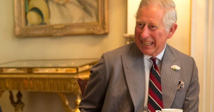 Prinz Charles lässt es sich nicht nehmen, für seinen Enkel George in die Knie zu gehen.