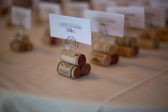 Détenteurs de carte de place Liège rustique fait à la main. Ces noms de bouchons en liège sont robustes et merveilleux pour les mariages et les occasions spéciales. Elles sont faites de vrai vins bouchons, pas synthétiques. Le prix est en vente 20 $ pour 10 détenteurs de Liège, cependant, nimporte quel nombre de commandes de Liège est disponible. Sil vous plaît menvoyer un message et je peux envoyer une liste personnalisée.  Chaque titulaire de carte de place se compose de 3 bouchons de vin…