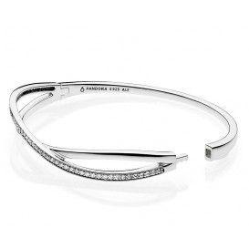 Pandora Armband 'Bangle' verstrengeld met Zirkonia's 17,5 cm 590533CZ-2. Een mooie en stevige bangle. Voorzien van zirkonia's en een mooie sluiting. Chique en elegante armband. Verkrijgbaar in meerdere maten.