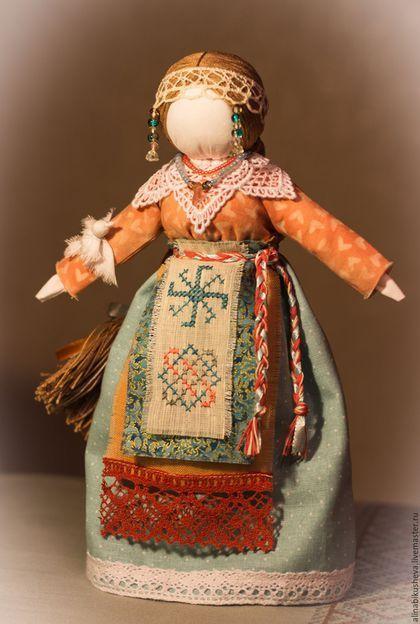 Купить или заказать Авторская кукла-оберег 'Богиня Лада' в интернет-магазине на Ярмарке Мастеров. Лада - Богиня красоты, любви и счастья у наших предков. Это сакральный женский образ, в котором заключена непобедимая и непреодолимая солярная мощь славянских Богинь. Она также выполняла функции покровительницы семейного очага. Это одно из верховных женских начал, которое в славянском пантеоне Светлых Богов олицетворяло собой женский идеал, но не идеал материнства. Мать, хозяйка дома – это…