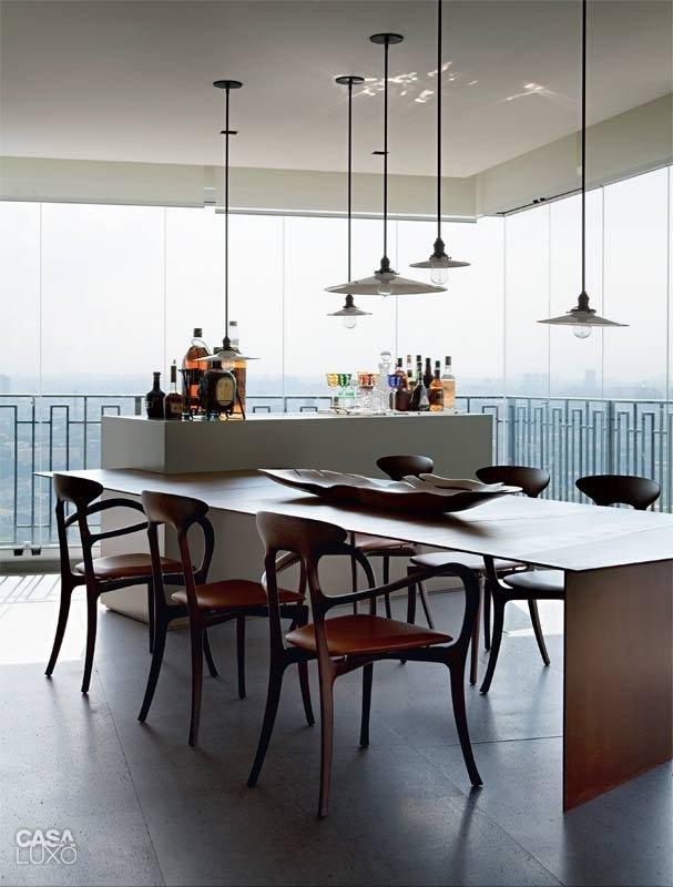 Cadeiras Ma Belle (ceccotti), mesa de aço corten e módulo de laca cinza projetados pelo escritório de Clarissa Strauss.