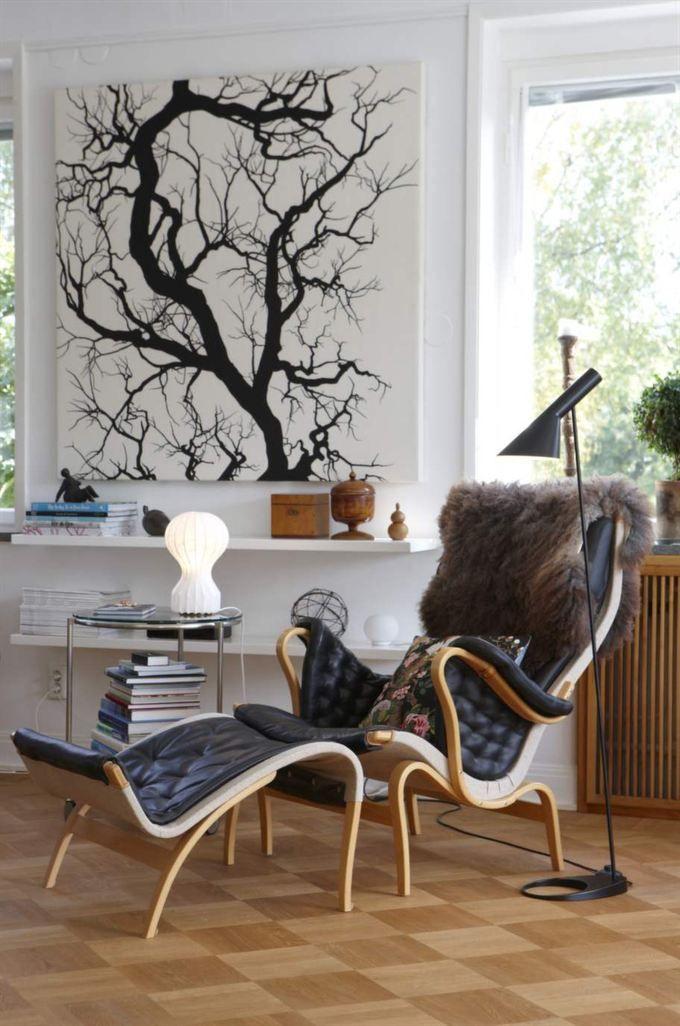 Älskad klassiker! Arne Jacobsens golvlampa och bordslampa från David design. Tavlan bakom Pernillafåtöljen är ett tyg från Svensk tenn.
