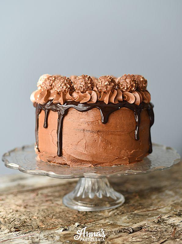 Torta de chocolate rellena de crema pastelera de chocolate, ganache de chocolate y frutos rojos, cubierta por crema de mantequilla de chocolate | Anna's Pastelería