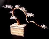 Bond-sai (naturaleza muerta. Ensamblaje con pedacería de madera de cimbra para construcción y texto sobre papel bond. 89x36x63 cms.